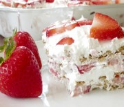 Μπισκοτογλυκό ψυγείου με φράουλες της στιγμής
