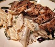 Κοτόπουλο με πέννες και κρεμώδη σάλτσα