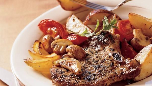 Μπριζόλες χοιρινές με πατάτες και λαχανικά στο φούρνο