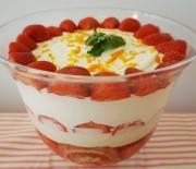 Ανάλαφρο γλυκό ψυγείου με φράουλες