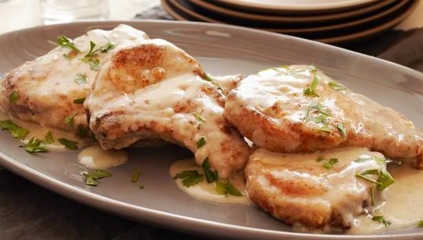 Μπριζόλες χοιρινές σε κρεμώδη σάλτσα