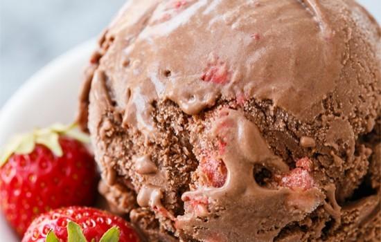 Παγωτό σοκολάτας με φράουλες