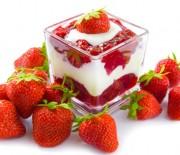 Δροσερή απόλαυση με κρέμα και σάλτσα φράουλας