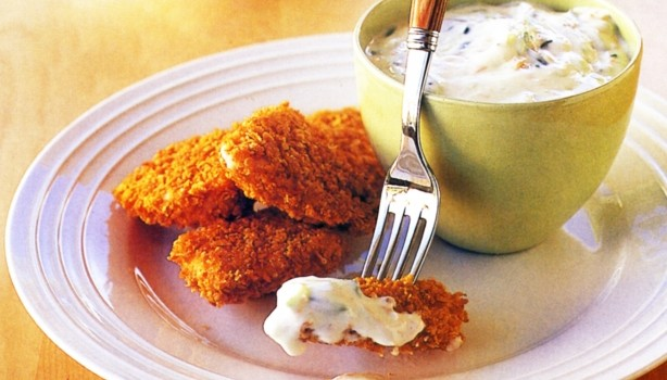 Τραγανό κοτόπουλο στο φούρνο με δροσερή σάλτσα γιαουρτιού