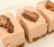 Cheesecake με ζαχαρούχο γάλα και σοκολάτες Toblerone και Mars