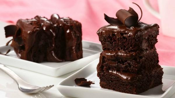 Κέικ σοκολάτας με ζαχαρούχο γάλα και γλάσο σοκολάτας