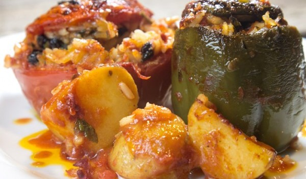 Γεμιστές ντομάτες και πιπεριές με μνήμες Σμύρνης