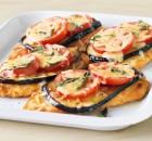 Σνίτσελ κοτόπουλου με μελιτζάνα, ντομάτα και τυρί τσένταρ