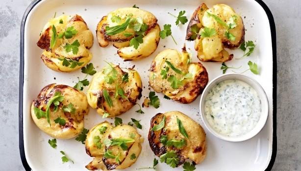 Τραγανές πατάτες στο φούρνο με δροσερή σος