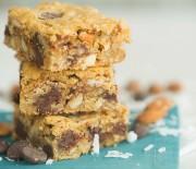 Γλύκισμα με ζύμη μπισκότου, αμύγδαλα και σοκολάτα