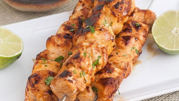 Σουβλάκια κοτόπουλου με σάλτσα γιαουρτιού