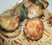 Σπαγγέτι με παρμεζάνα και τηγανιτά κολοκυθάκια