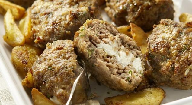 Μπιφτέκια γεμιστά με τυρί και τραγανές λεμονάτες πατάτες στο φούρνο