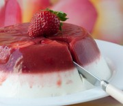Γλυκό γιαούρτι με ζελέ φράουλας