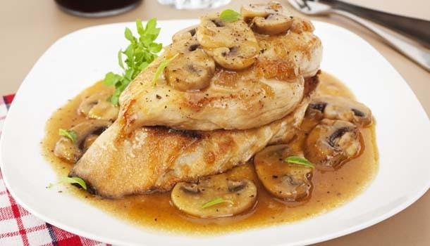 Κοτόπουλο φιλέτο με μανιτάρια & ελαφριά σάλτσα κρασιού