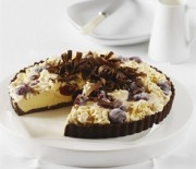 Τάρτα παγωτό με μπισκοτένια σοκολατένια βάση και βύσινα