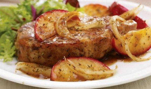 Χοιρινές μπριζόλες με μήλα και φασκόμηλο