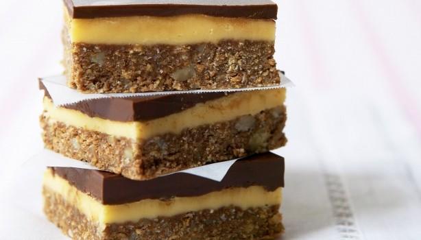 Γλυκό με στρώσεις μπισκότου, ινδοκάρυδου, κρέμας & σοκολάτας
