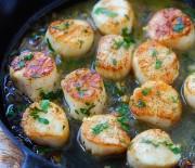 Χτένια τηγανιτά με κρασί και σκόρδο