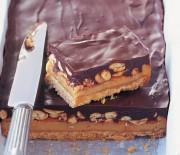 Γλύκισμα με μπισκοτένια βάση, καραμέλα, φιστίκια & σοκολάτα