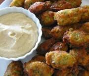 Κροκέτες μπακαλιάρου και ντιπ γιαουρτιού με άρωμα σκόρδου