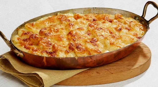 Πατάτες ογκρατέν με τυριά, καλαμπόκι και καπνιστή γαλοπούλα