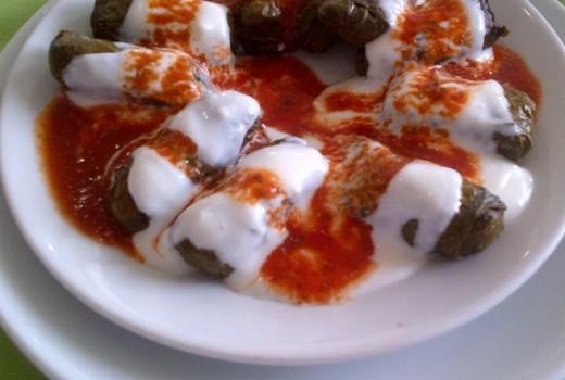Ντολμαδάκια γιαλαντζί με σάλτσα ντομάτας στο φούρνο