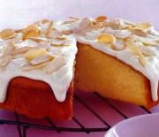 Κέϊκ πορτοκαλιού με κρεμώδη επικάλυψη και αμύγδαλα