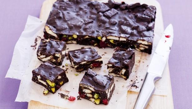 Σοκολατένιος κορμός ψυγείου με μπισκότα, ξηρούς καρπούς και κεράσια γλασέ