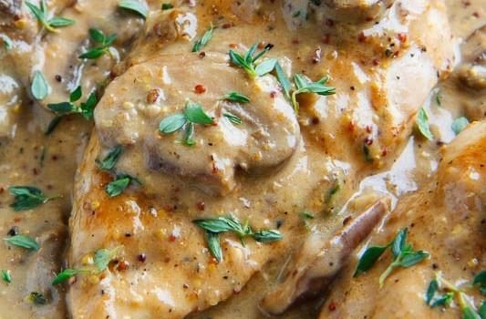 Κοτόπουλο με λαχανικά σε κρεμώδη σάλτσα
