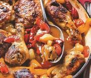 Μπουτάκια κοτόπουλου στο φούρνο με πιπεριές και γραβιέρα