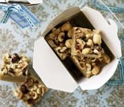 Πανεύκολο καραμελένιο γλύκισμα ψυγείου με φουντούκια