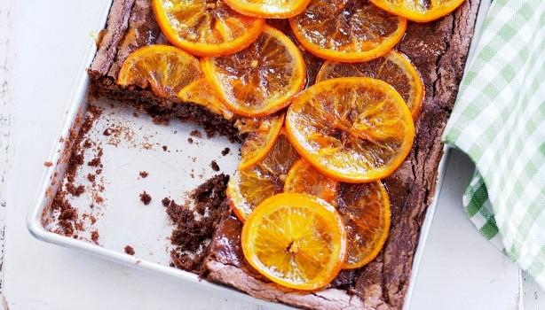 Σοκολατένιο κέικ με φουντούκια και σιροπιαστές φέτες πορτοκαλιού