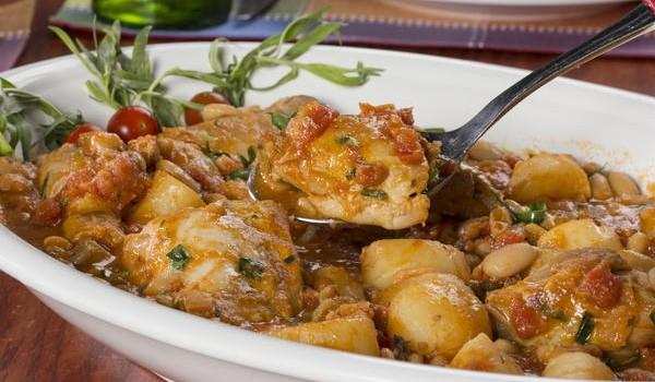 Κοτόπουλο με πατάτες και φασόλια σε σάλτσα ντομάτας