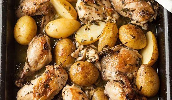 Κοτόπουλο με κρασί, μυρωδάτα βότανα και σκόρδο στο φούρνο