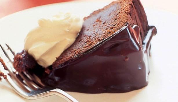 Υγρή γλυκόπικρη σοκολατόπιτα με γλάσο σοκολάτας