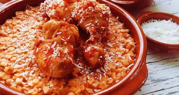 Κοτόπουλο γιουβέτσι με μικρό χυλοπιτάκι ή κριθαράκι