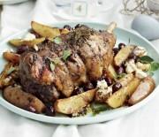Αρνίσιο μπούτι με πατάτες, ελιές και φέτα στο φούρνο