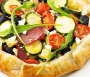 Σαλάτα με ψητά λαχανικά σε τραγανή βάση σφολιάτας