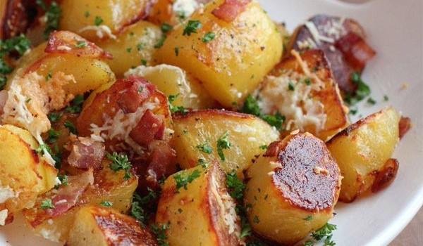 Τραγανές πατάτες στο φούρνο με μπέικον και παρμεζάνα