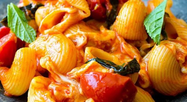 Ζυμαρικό caprese με μοτσαρέλα