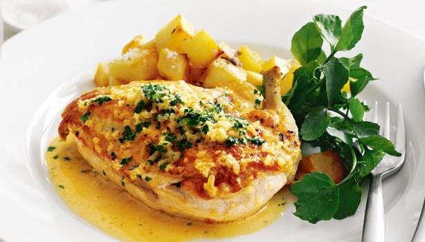 Κοτόπουλο με πικάντικη σάλτσα μουστάρδας και πατατούλες φούρνου