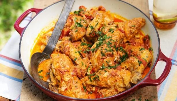 Κοτόπουλο με πάπρικα σιγοβρασμένο σε σάλτσα ντομάτας