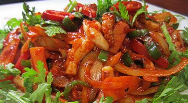Χταπόδι μελωμένο με κρεμμύδι, καρότα και πιπεριές