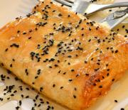 Τυλιχτή φέτα με γλυκόξινη σάλτσα και παπαρουνόσπορο