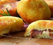 Μπομπάκια πατάτας γεμιστά με τυρί και ζαμπόν