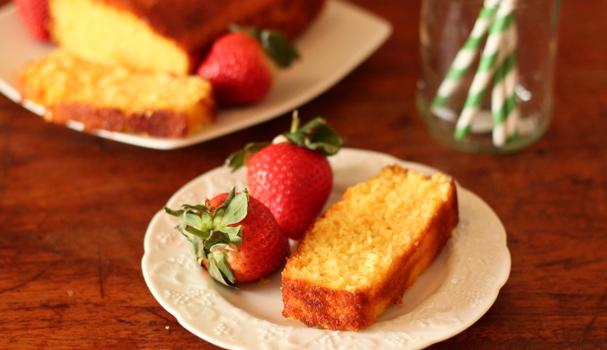 Κέικ σιροπιαστό με σιμιγδάλι, μαρμελάδα και ινδοκάρυδο