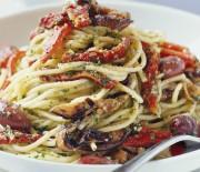 Σπαγγέτι με λαχανικά και πανεύκολη σπιτική πέστο