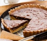 Τάρτα με καραμέλα, σοκολατένια κρέμα και πραλίνα αμυγδάλου