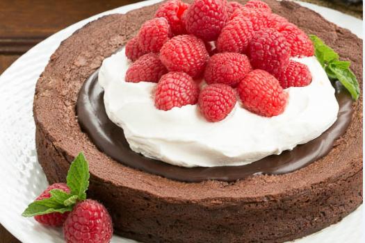 Ανάλαφρο σοκολατένιο κέικ με γλάσο σοκολάτας